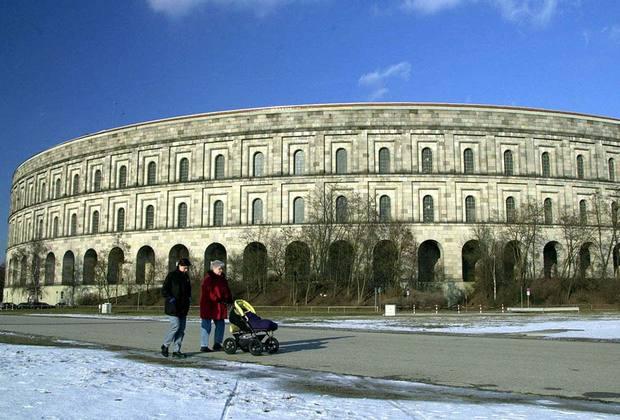 Зал собраний — это самое большое сохранившееся сооружение нацистской эпохи. Здание строилось по проекту  нюрнбергских архитекторов Людвига и Франца Руффов. Зал собраний был рассчитан на 50 тысяч человек.