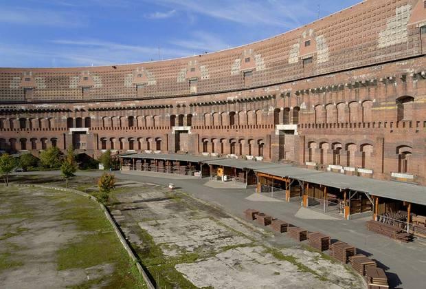 По проекту, здание должно было быть накрыто стеклянной крышей без промежуточных опор. Архитектура здания, а особенно его внешний фасад напоминают Колизей в Риме. <br><br> Строительство началось в 1935 году, но так и не было закончено. Сейчас здание находится под охраной государства.