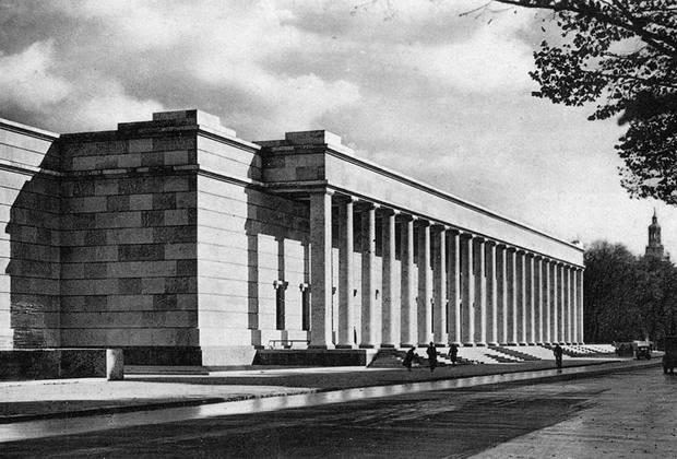 В построенном в 1933 году Доме искусств регулярно проводился «День германского искусства», который открывал приветственной речью сам фюрер. Гитлер лично отбирал экспонаты для выставок, ведя «беспощадную очистительную войну против последних у нас элементов культурного разложения». <br><br> Коммерческая составляющая в храме искусств была представлена весьма широко: «Золотой бар», пивная и центральный ресторан.