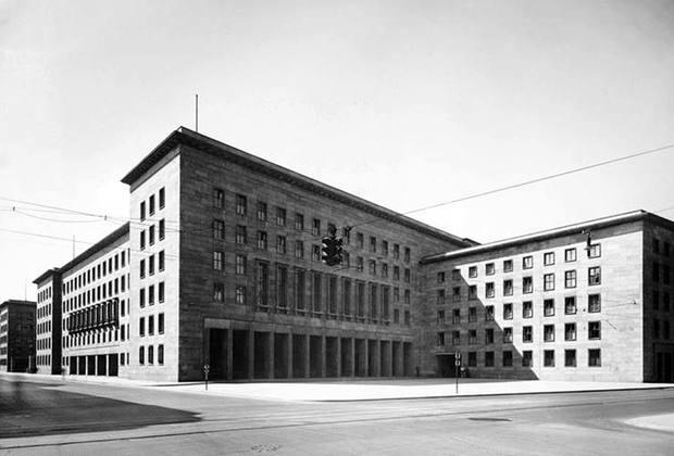 Нацистская архитектура тяготела к гигантским масштабам. Имперское министерство авиации Германии долгое время было самым большим офисным зданием в Берлине. В административном комплексе находилось более двух тысяч служебных помещений, включая, разумеется, и кабинет министра авиации Германа Геринга.