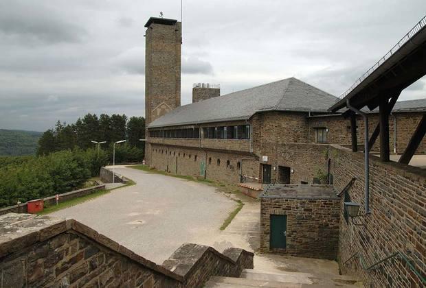 В 1933 году, сразу же после прихода Гитлера к власти, по его поручению стартует программа по строительству учебных лагерей для партийной молодежи, так называемых орденсбургов.