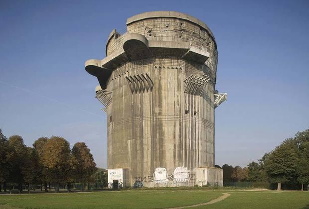 К числу характерных построек гитлеровского периода относятся и зенитные башни Люфтваффе. Огромные бетонные бункеры, вооруженные артиллерией ПВО, использовались для защиты от воздушных бомбардировок, для координации воздушной обороны и в качестве бомбоубежищ.
