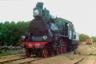 Паровоз Аб-132 (с 1912 года— Б-51) был изготовлен на Брянском заводе в 1909-м. До 1912 года паровозы серии «Аб» были самыми скоростными на российских железных дорогах— развивали скорость до 115 километров в час. <br><br> На дальнем плане вагон, в котором Прокудин-Горский путешествовал по Самаро-Златоустовской железной дороге.