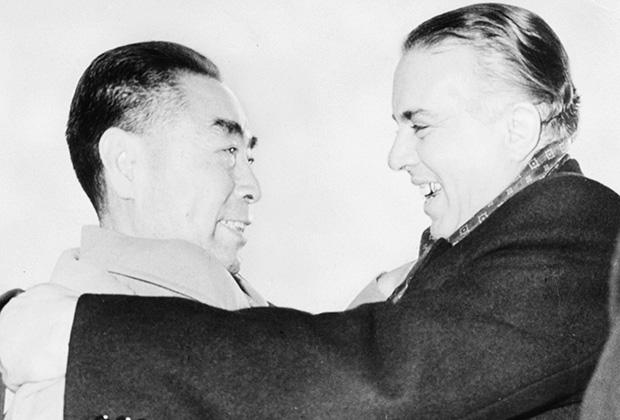 Албанский диктатор заключает в объятия китайского высокопоставленного чиновника Чжоу Эньлая