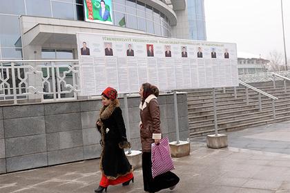 В Туркмении бюджетницам запретили ходить на работу красивыми