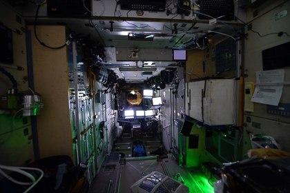 Космонавты задумались о судьбе планеты и остались на орбите в темноте