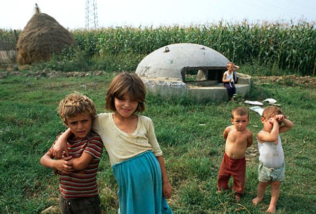 Албанские детишки играют у одного из бункеров Ходжи