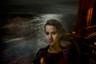 Героиня снимка — 21-летняя марокканка Омайма. На фото запечатлено ее путешествие по водам Средиземного моря между Ливией и Италией. С помощью контрабандистов она сбежала от домашнего насилия и деспотизма отца.  <br> <br> Деньги на оплату переправы в Ливию и на дорогу в Европу Омайме дала мать. Вспоминая о ней, героиня пересказывает их последний разговор: «Я попросила у нее денег на поездку и пообещала, что верну, как только встану на ноги. Она боялась, что я умру. Она спросила, что же она будет делать, если я умру. Я ответила, что если это случится, она должна  простить меня».
