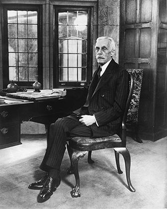Богатейший человек 1930-х Эндрю Уильям Меллон в своем доме в Питтсбурге в день 75-летия, 24 марта 1930 года. Несмотря на мощную критику, он оставался главой казначейства вплоть до конца президентского срока Герберта Гувера в 1932 году.