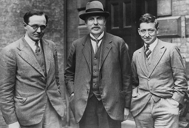 Нобелевские лауреаты (слева направо) доктор Уолтон, лорд Резерфорд и доктор Кокрофт демонстрируют разные подходы в стилю. Тридцатилетние Уолтон и Кокрофт следуют всем модным трендам эпохи, а Резерфорд, которому за 60, одет в уже неактуальные длинный пиджак, жилетку и тонкий галстук.