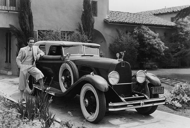 Особняк в Беверли-Хиллз и роскошный спорткар на подъездной дорожке— за без малого 90 лет в образе жизни звезд Голливуда мало что изменилось. Только вот марка DuPont, выпустившая этот Phaeton, обанкротилась в том же 1931 году, когда была сделана эта фотография. Производителям люксовых товаров жилось в начале 30-х непросто.