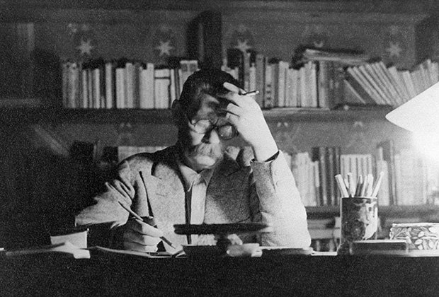 М. Горький в своем рабочем кабинете