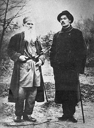 Шуточная фотография: писатель Максим Горький (слева) грозит метлой певцу Федору Шаляпину (справа)