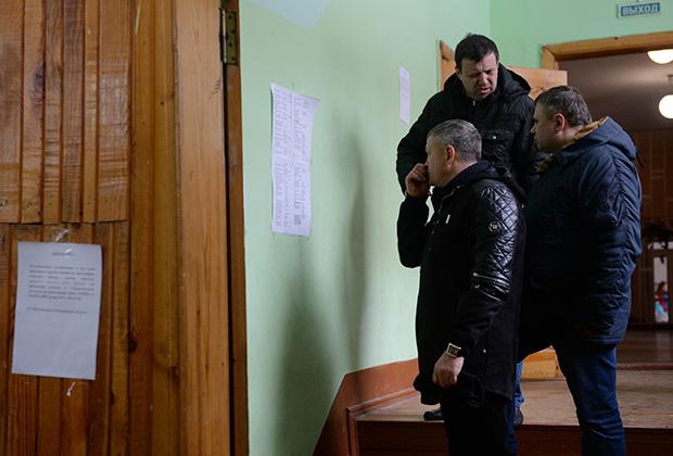 Люди смотрят списки пропавших без вести при пожаре в торговом центре «Зимняя вишня» в Кемерово.