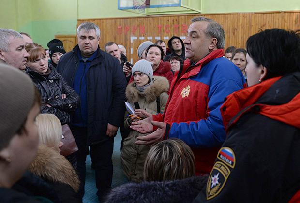 Министр МЧС РФ Владимир Пучков (справа) общается с родственниками пострадавших при пожаре в торговом центре «Зимняя вишня» в Кемерово.