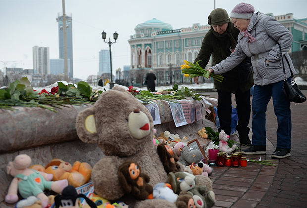Мемориал погибшим в ТЦ «Зимняя вишня» на площади Труда в Екатеринбурге