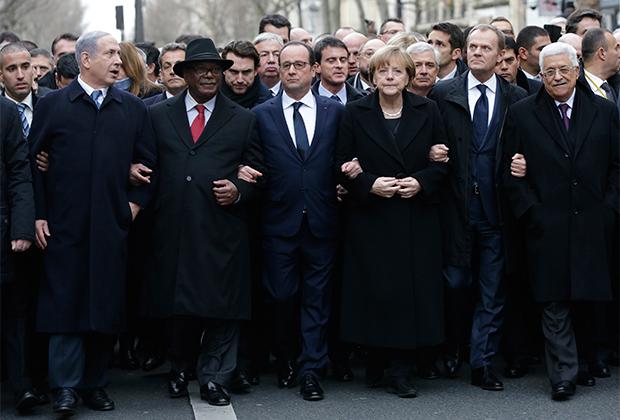 Президент Франции Франсуа Олланд (в центре) и главы других государств на марше солидарности в память о жертвах теракта в редакции еженедельника «Шарли Эбдо». 11 января 2015 года