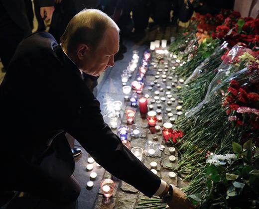 Владимир Путин возлагает цветы у мемориала погибшим в результате теракта на станции метро «Технологический институт» в Санкт-Петербурге. 3 апреля 2017 года