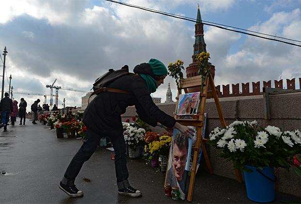 Народный мемориал на месте гибели Бориса Немцова