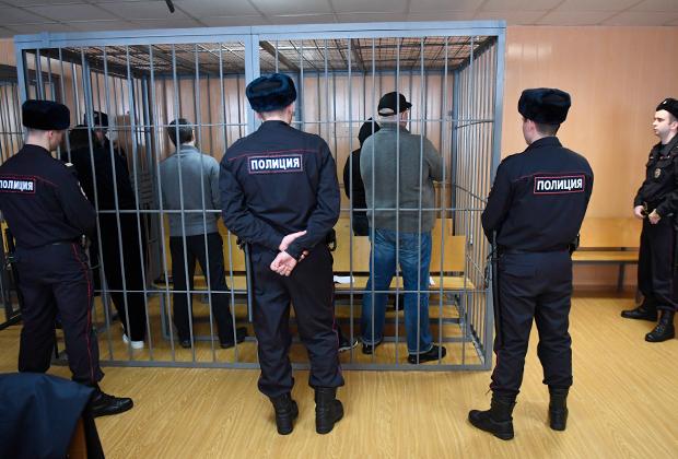 Участники преступной группировки (за решеткой), организатором которой является Захарий Калашов (вор в законе по кличке Шакро Молодой), обвиняемые в вымогательстве в особо крупном размере, во время оглашения приговора в Никулинском суде Москвы