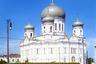 Кафедральный Свято-Духовский собор в Петрозаводске задумывался как уменьшенная копия московского храма Христа Спасителя. Строительство было начато в апреле 1860 года. Храм строился всем миром как на деньги, выделенные из казны, так и на частные пожертвования горожан. Весной 1872 года был установлен иконостас.  <br><br> В 1930 году решением Петрозаводского горсовета в помещении собора была открыта общественная столовая №13, а на крыше устроена парашютная вышка. 20 марта 1936 года было принято решение об окончательном сносе здания. Собор был взорван. Все работы по сносу были завершены к светлому празднику Первомая 1936 года. <br><br> Сейчас на этом месте расположено здание Петрозаводского музыкального театра.