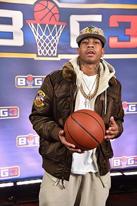 Аллен Айверсон давно не мальчик, но все еще верен хип-хопу. Спортивные штаны, цепи, худи — страшный сон Дэвида Стерна. На презентации новой баскетбольной лиги BIG3.