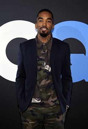 Дресс-код разрешает баскетболистам носить клубные пиджаки и вещи цвета хаки — так почему бы не соединить их? Фото сделано в 2015 году на организованном ЛеБроном и GQ конкурсе, где Смита признали самым стильным в НБА.
