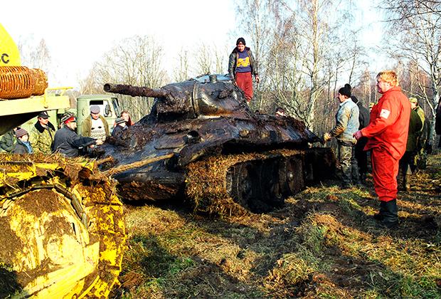 Поисковый отряд поднимает танк Т-34 времен войны
