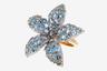 Главный (и единственный) мотив коллекции Night and Day итальянской марки Casato — идеально пропорциональный и лаконичный цветок франджипани (европейское название — плюмерия). Ювелиры воплотили его в нескольких вариантах: лепестки покрывают голубые топазы, аметисты, родолиты либо бриллиантовое паве.