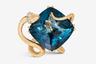 Шарлотта Линггаард, дочь основателя и дизайнер датского ювелирного дома Ole Lynggaard Copenhagen (кстати, поставщика королевского двора), подобрала для нового кольца из «змеиной» коллекции уникальный топаз «Лондон Блю» насыщенного темно-синего оттенка в огранке «кушон».