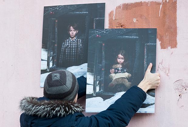 Фотографии у стихийного мемориала в память о погибших при пожаре в ТЦ «Зимняя вишня»
