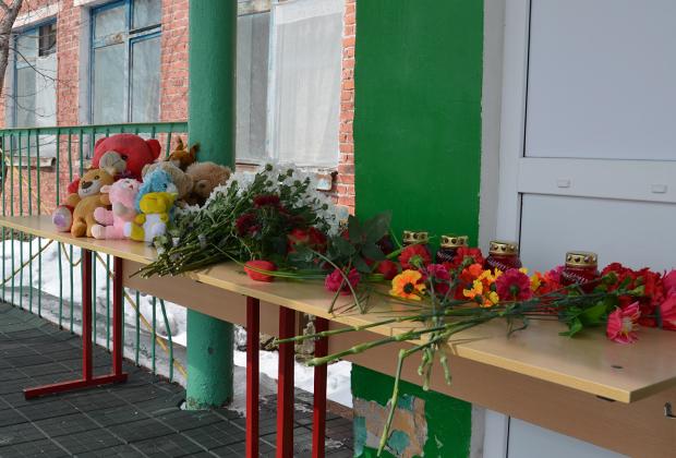 Мемориал у входа в сельскую школу, где учились погибшие девочки