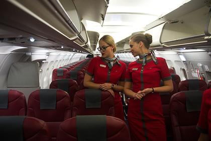 Стюардессы Cathay Pacific смогут носить штаны