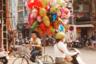 «Воздушным шаром можно кого хочешь утешить»,— говорил Винни-Пух. Его слова вспомнила путешественница из Ирландии Анна Фаррел, прогуливаясь по улицам вьетнамского Ханоя.