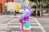 Амина Муччиоло своим существованием опровергает миф о том, что единорогов не бывает: она ярко одевается, носит розовые африканские косички и окружает себя милыми вещами. Девушка продает цветастые гирлянды из кисточек и воздушные шарики в форме сердец и столь любимых ею единорогов.