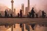 Весеннее утро в Шанхае начинается с зарядки. В семь утра мастера кунг-фу флегматично разминаются под первыми лучами солнца.