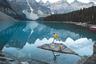 Ледниковое озеро Морейн, спрятанное среди канадских Скалистых гор, полностью наполняется водой буквально на пару недель в конце июня. В марте, когда ледник только начинает таять, туристы спокойно могут ходить по дну одного из самых прекрасных в мире озер.