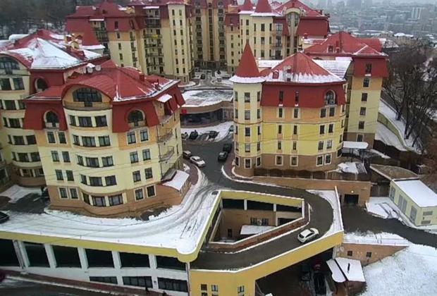 Жилой комплекс «Альпийский», где, по данным украинских журналистов, приобрел квартиру секретарь СНБО Турчинов, а также министр внутренних дел Арсен Аваков, и бывший глава СБУ Валентин Наливайченко.
