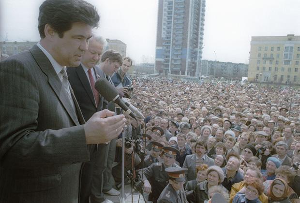 Народный депутат РСФСР Аман Тулеев и председатель Верховного Совета РСФСР Борис Ельцин на первомайском митинге в Новокузнецке, 1991 год