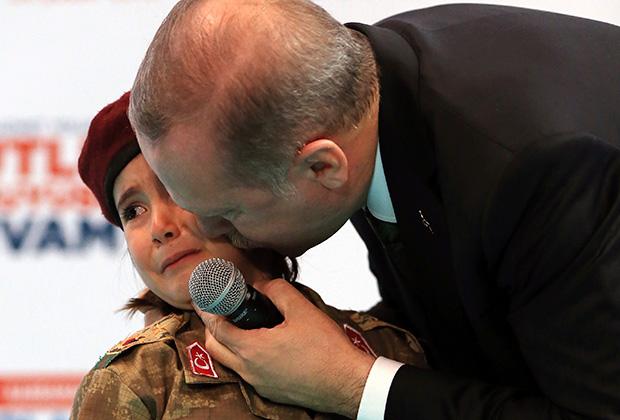 Президент Турции Эрдоган целует напуганную им Амине Тирас