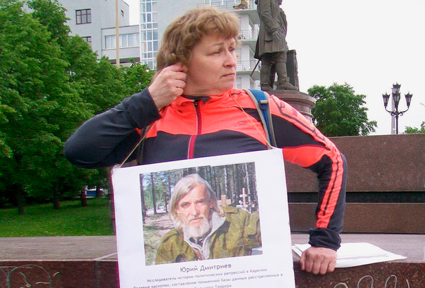 Активистка с портретом Юрия Дмитриева на пикете в защиту политзаключенных в Екатеринбурге, 6 июня 2017 года