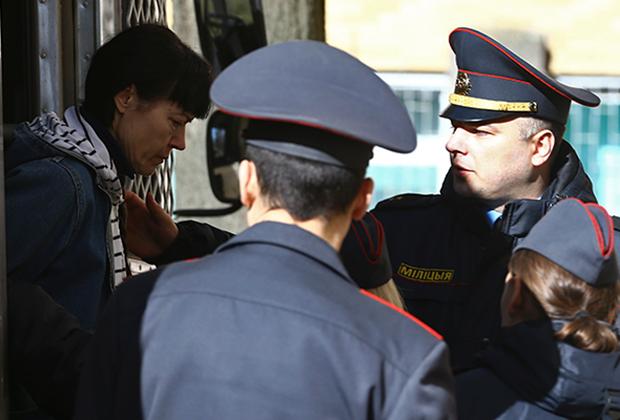 Милиция задерживает участников прошлогоднего митинга в честь 99-летия провозглашения Белорусской Народной Республики
