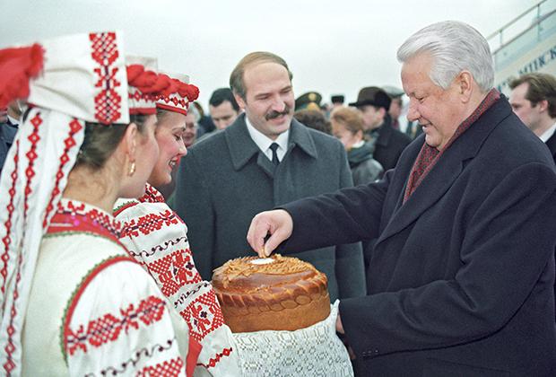 Президент Белоруссии Александр Лукашенко встречает президента РФ Бориса Ельцина у трапа самолета в Минске
