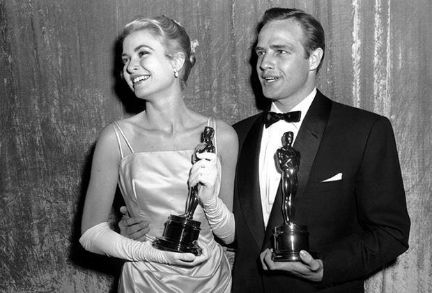 Но на официальные церемонии в 1950-е годы даже бунтари вроде Брандо приходили в смокинге и бабочке. На вручении премии Оскар 1954 года вместе с Грейс Келли.