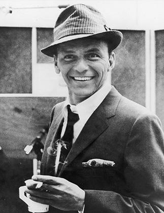 Фрэнк Синатра — образец мейнстрима 1950-х. Великий певец одевался так же, как и большинство американских мужчин того времени.