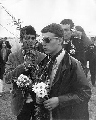 Контр-культура битников успешно дожила до 1960-х годов и вобрала в себя элементы идеологии и стиля хиппи. Эта фотография сделана в 1967 году на National Jazz and Blues Festival.