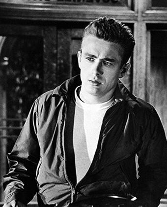 Кадр из фильма «Бунтарь без причины», в котором Дин сыграл свою главную роль. Белая футболка, куртка и зачесанные назад волосы стали каноническим образом Джеймса.