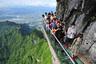 Тропа с прозрачным полом над бездной, китайский вариант. Мост проходит в полутора тысячах метров над землей, длина тропы — сто метров.