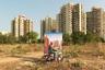 По мнению Крестани, Гургаон — экспериментальный опыт градостроения без обычных городских атрибутов и инфраструктуры: «Отсутствие общественных мест и сервисов свидетельствует о том, что в основе индийской урбанизации лежит жажда наживы. Ощущение собственной исключительности и страх перед чужаками диктует подобное распределение пространства, так как представители среднего класса желают отгородиться от остальных».