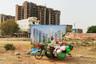 «На улицах Гургаона можно встретить только бедняков: строителей-мигрантов, домработниц и крестьян. Представители среднего класса проводят все время в домах, а передвигаются на машинах», — рассказывает Крестани.